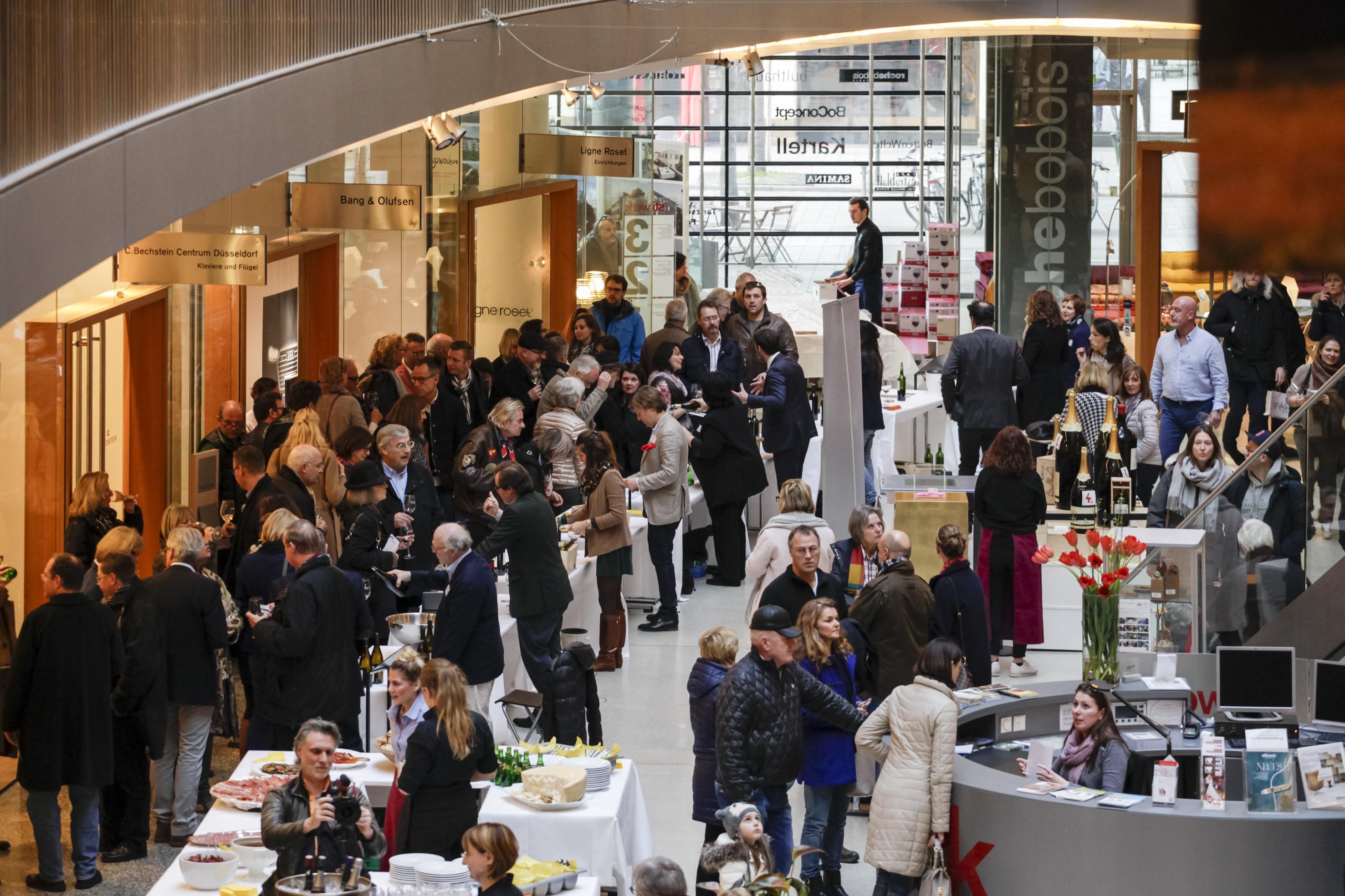 Düsseldorf, DEU, 12.3. 2016. Prowein goes city - große Weinverkostung im stilwerk. Die Leitmesse ProWein ist alljährlich der ultimative Treffpunkt der internationalen Wein- und Spirituosenbranche. 6.200 Aussteller aus 59 Ländern präsentierten sich zur ProWein 2016 vom 13. bis 15. März in Düsseldorf. Etwa 420 internationale Spirituosen-Anbieter zeigten einen anspruchsvollen Mix aus bewährten Klassikern, landestypischen Kostbarkeiten und ausgefallenen Neuvorstellungen. Auch Innovationen und Entwicklungen im Bereich Zubehör für die Wein- und Spirituosenbranche fanden sich in Düsseldorf. | ProWein is the Leading Trade Fair and a unique meeting point for the international Wine and Spirits Sector. 6,200 exhibitors from 59 countries were present at ProWein 2016, from 13 to 15 March in Düsseldorf. Around 420 international spirits suppliers showed a sophisticated, high-quality mix consisting of tried-and-tested classics, regional-specific delicacies and exceptional new products. Innovations and new developments in accessories for the wine and spirits sector were also on display in Düsseldorf.Foto: Messe Düsseldorf, Constanze Tillmann. Exploitation right Messe Düsseldorf, M e s s e p l a t z, D-40474 D ü s s e l d o r f, www.messe-duesseldorf.de; eine h o n o r a r f r e i e Nutzung des Bildes ist nur für journalistische Berichterstattung, bei vollständiger Namensnennung des Urhebers gem. Par. 13 UrhG (Foto: Messe Düsseldorf / ctillmann) und Beleg möglich; Verwendung ausserhalb journalistischer Zwecke nur nach schriftlicher Vereinbarung mit dem Urheber; soweit nicht ausdrücklich vermerkt werden keine Persönlichkeits-, Eigentums-, Kunst- oder Markenrechte eingeräumt. Die Einholung dieser Rechte obliegt dem Nutzer; Jede Weitergabe des Bildes an Dritte ohne Genehmigung ist untersagt | Any usage and publication only for editorial use, commercial use and advertising only after agreement; unless otherwise stated: no Model release, property release or other third party rights availa